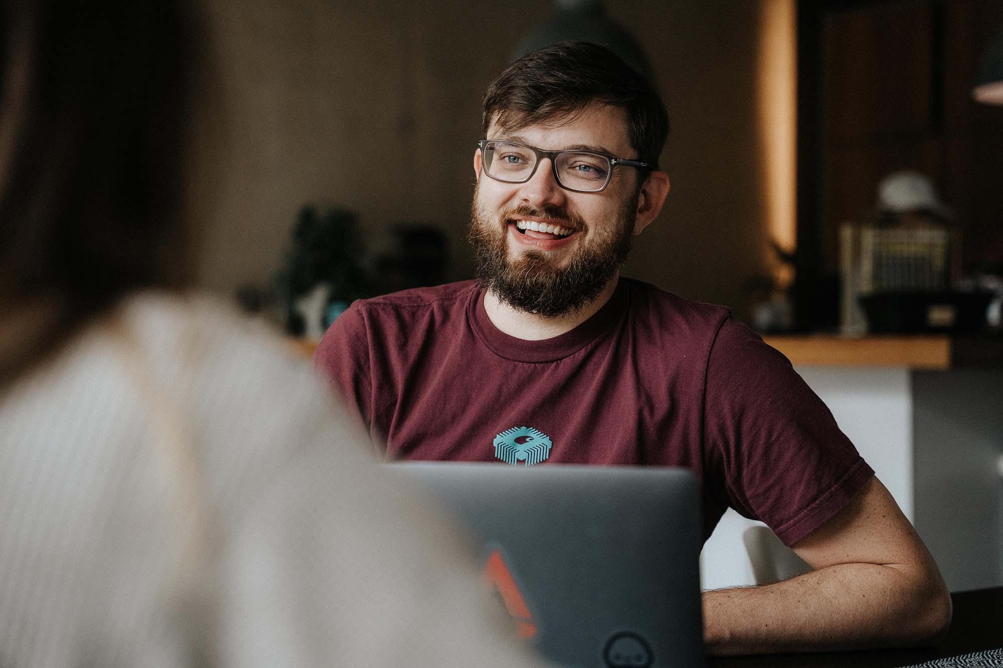 Jonas Jankus - HR Ambient freut sich, der Bewerberin ein Angebot für eine Zusammenarbeit zu machen.